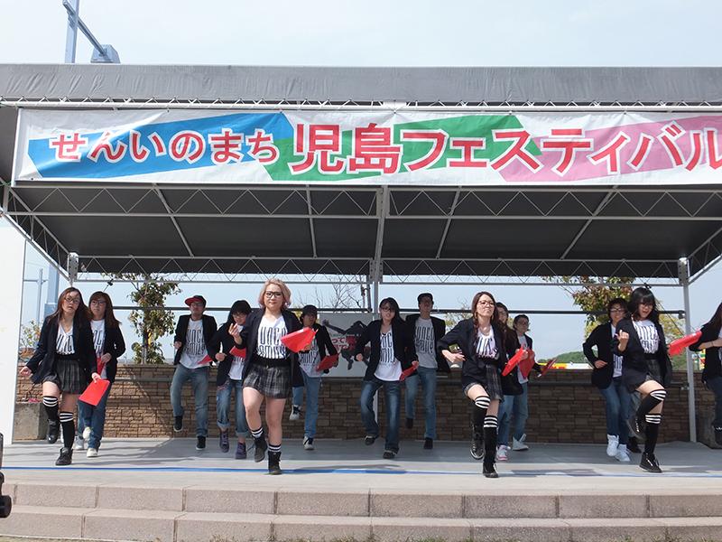 児島駅前ステージでの「歌って踊って児島でないと!」